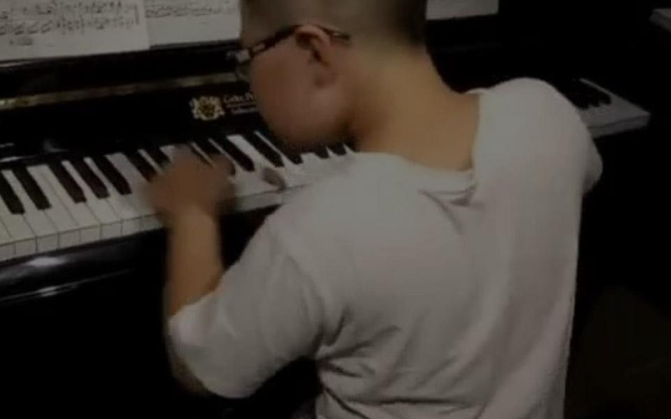 钢琴少年弹奏博斯纳钢琴